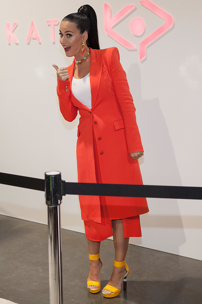 Katy Perry Draws Huge Crowds To  Launch Shoe Line At FN Platform   Footwear News